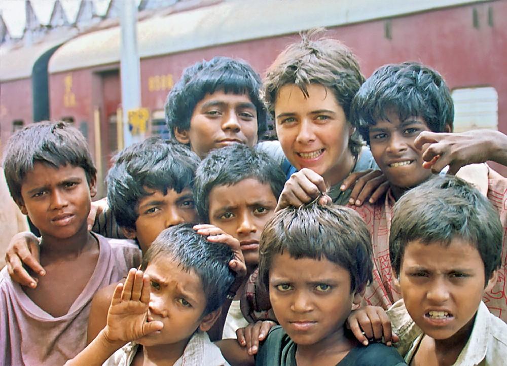 Fabienne avec des enfants de la gare de Howrah