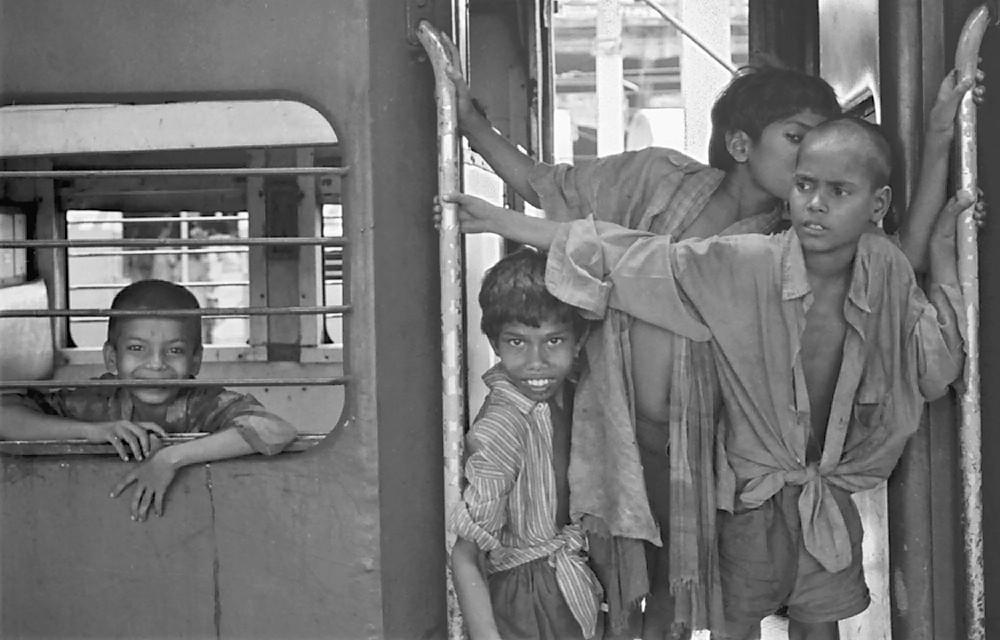 Groupe d'enfants de la gare dans un train