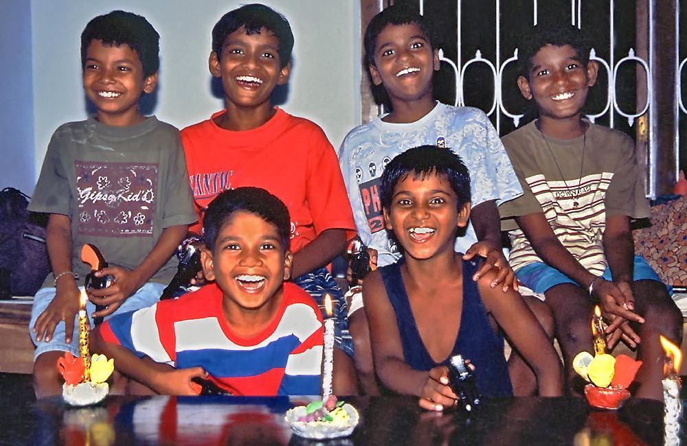Surajit, Sanjay, Antony, Nooralam, Santos et Assim lors de Kali Puja, en novembre 1999