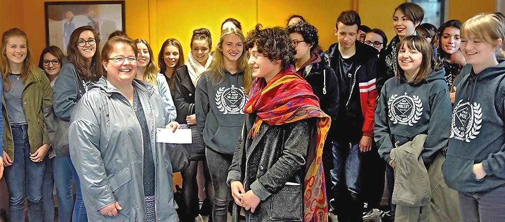 Virginie reçoit un chèque de la Maison du Lycéen du lycée Millet