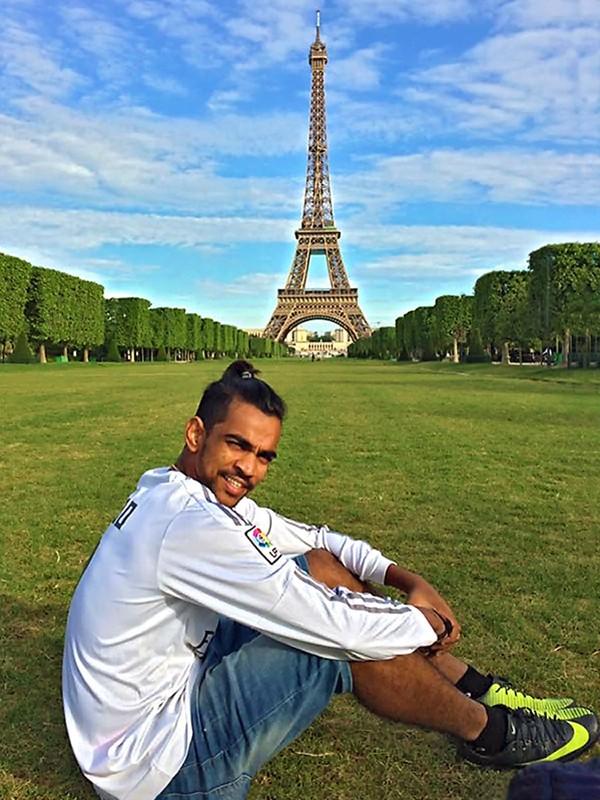 Sashi devant la tour Eiffel
