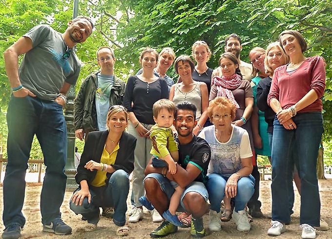 Sashi entouré d'une joyeuse bande au jardin des Tuileries à Paris