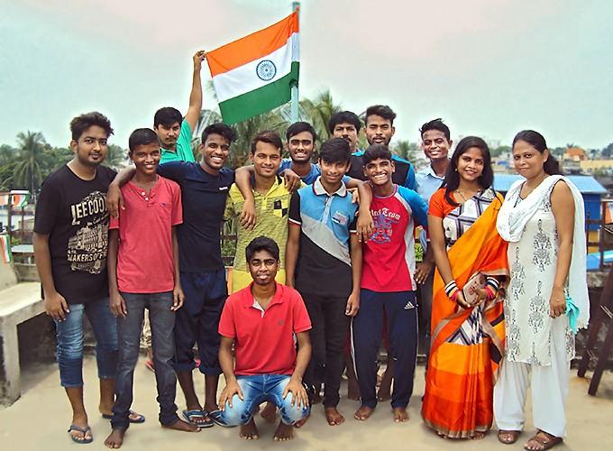 Les Galopins devant le drapeau indien pour Independence Day
