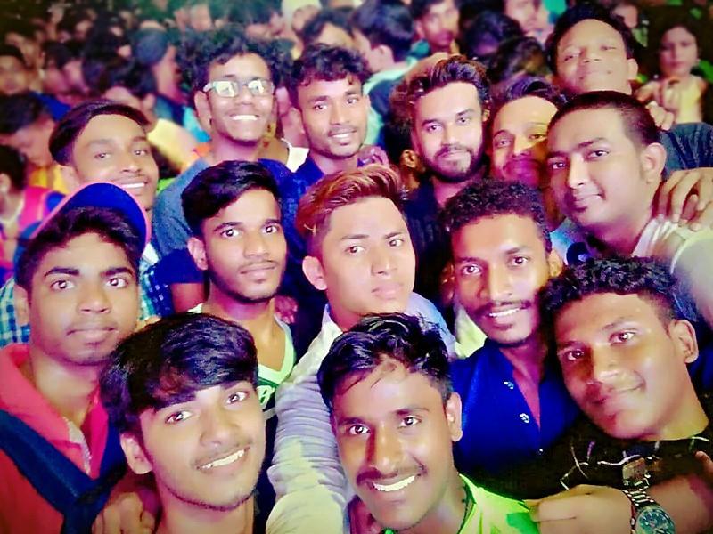 Les Galopins parmi la foule pour Durga Puja