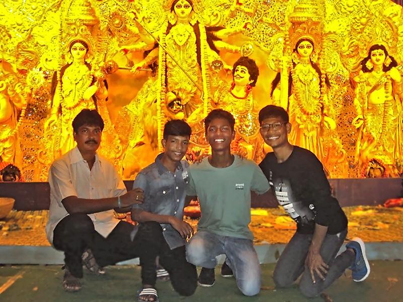Des Galopins devant la statue de Durga