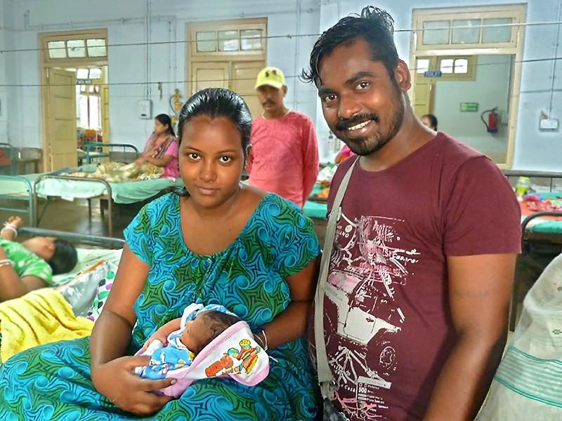 Aishani avec ses parents, Antara et Sanatan
