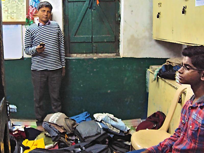 Suman et les vêtements qui seront distribués aux enfants de la gare