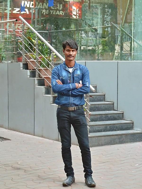 Dipankar devant la concession de voitures où il travaille