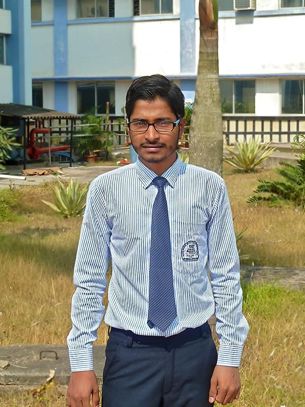 Akash devant son école d'ingénieur