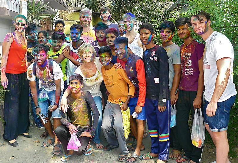 Holi, des Galopins et des Visiteurs ponctués de taches de couleurs
