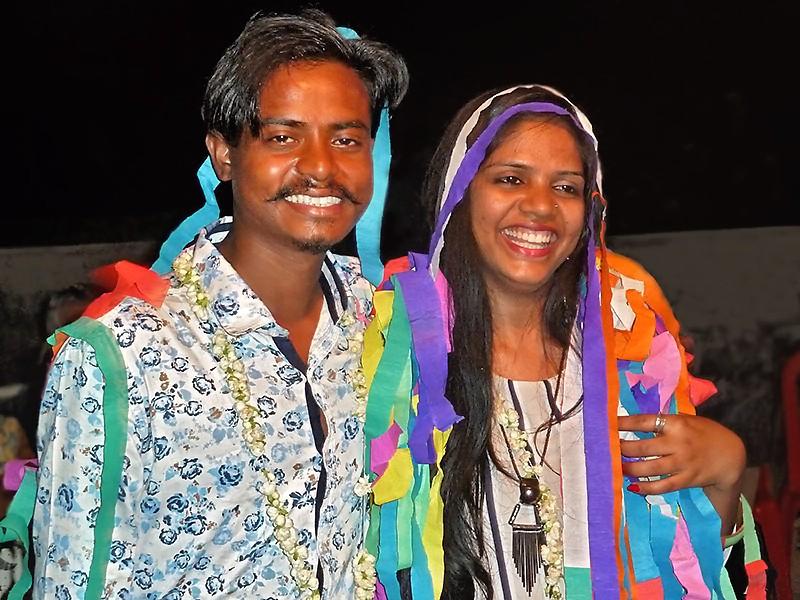 Govindha et Hasna couverts de rubans lors de leur fête de mariage