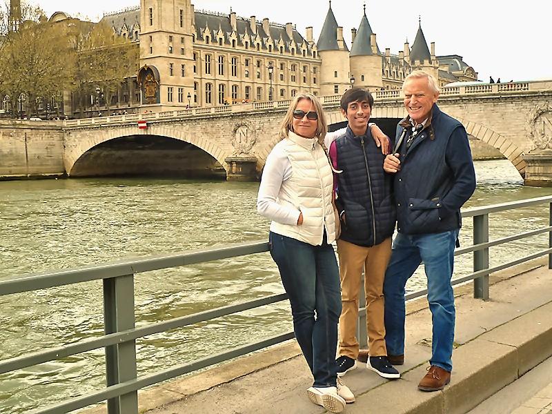Sushil à Paris, entre ses parrains Catherine et Alex