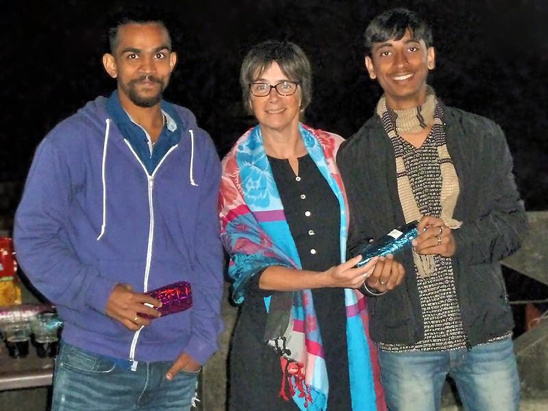 Sashi et Sushil entourent Fabienne