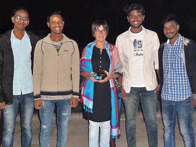 Fabienne entre Subhajit, Prasenjit, Pratap et Syed