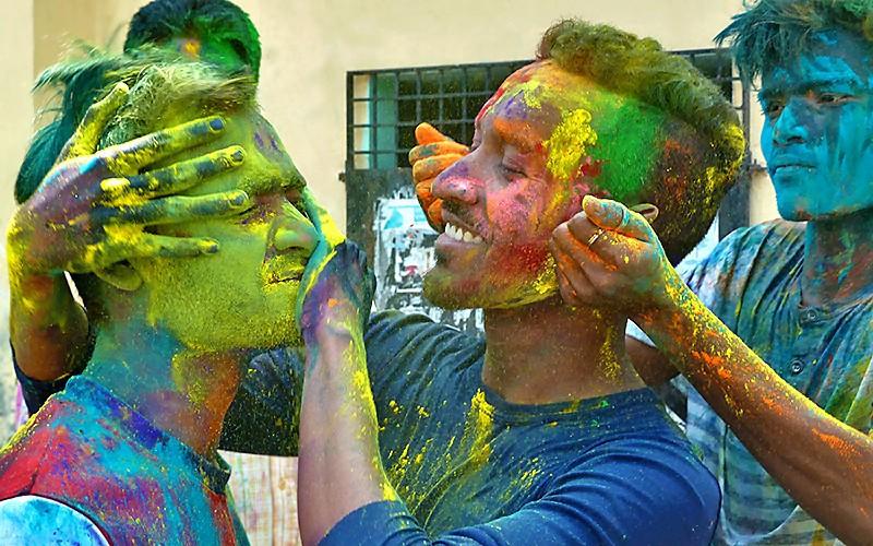 Monzoor, Jayanta et Sanatan II, un massage de Couleurs