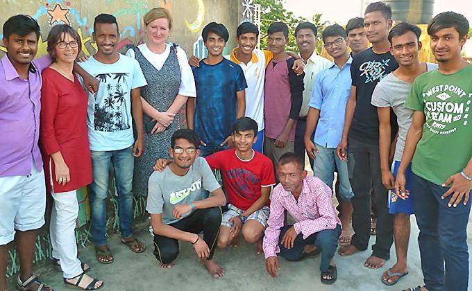 La Consule de France à Kolkata avec les Galopins de Calcutta