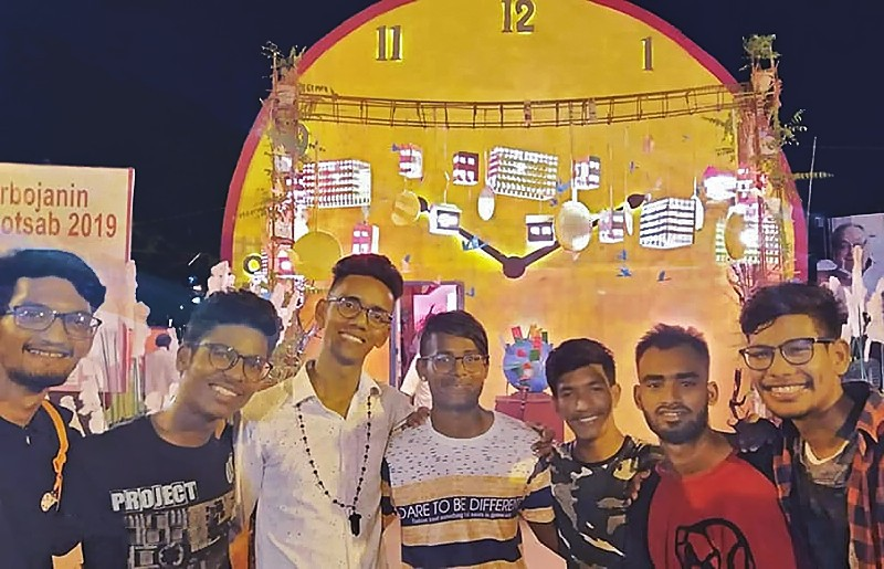 Des Galopins font la fête lors de Durga Puja