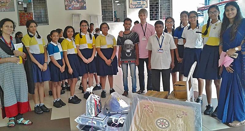 Écolières et enseignantes offrent leur don aux représentants des Galopins