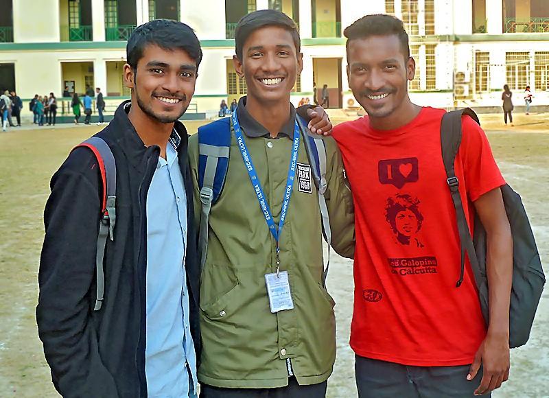 Akbar, Arman et Jayanta devant St. Xavier's College