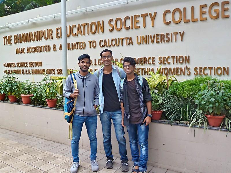 Syed, Subhajit et Suman devant Bhawanipur Educational Society College