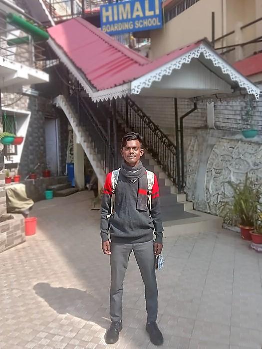 Suraj devant son école pour la rentrée post-Covid