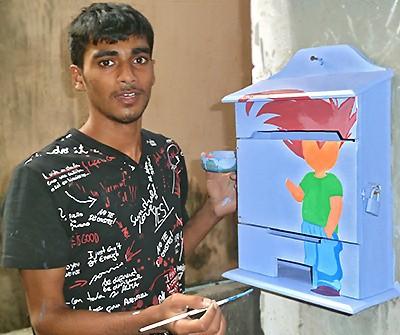 Akbar, décorateur sur boite à lettres