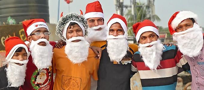 Une étrange troupe de Pères Noël a débarqué à Kolkata