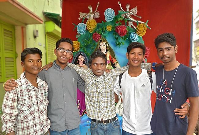 Sanatan, Subhajit, Wahid, Rabi et Biki devant la statue de Saraswati