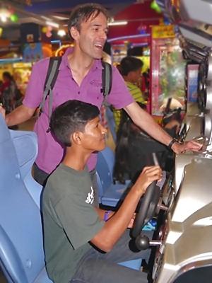 Debashis conduit avec Charles en copilote