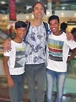 Debashis, Charles et Syed font des emplettes