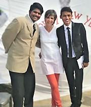 Fabienne entre les présentateurs Sourav et Rahul