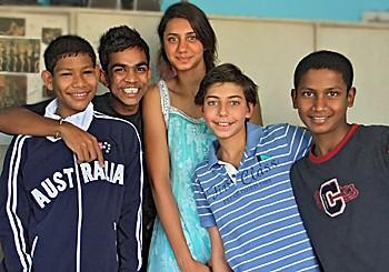 Rabi, Sashi et Gopal entourent Léa et Ilian