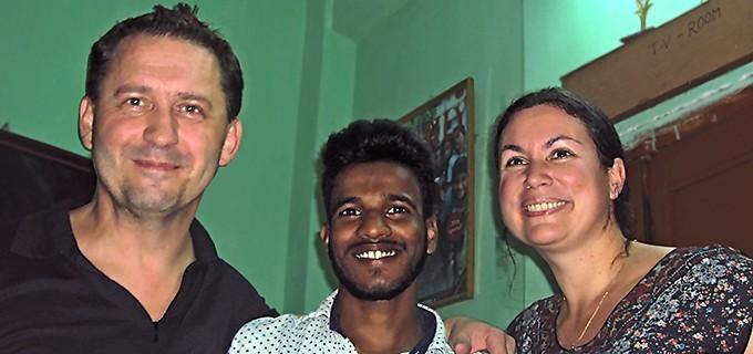 Syed, entouré de Laurent et Carole, ses parrains