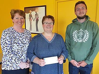 Virginie, entre Mme Person et Sébastien Fisser, reçoit un chèque du lycée Millet de Cherbourg