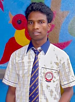 Raja devant son école