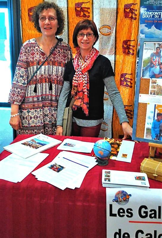 Florence et Christine devant le stand des Galopins