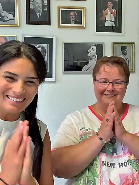 Sonia Krimi et Virginie saluent à fin de la présentation des Galopins de Calcutta
