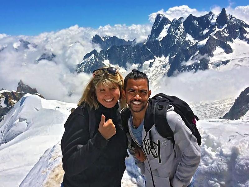 Cathy et Sashi devant le Mont Blanc