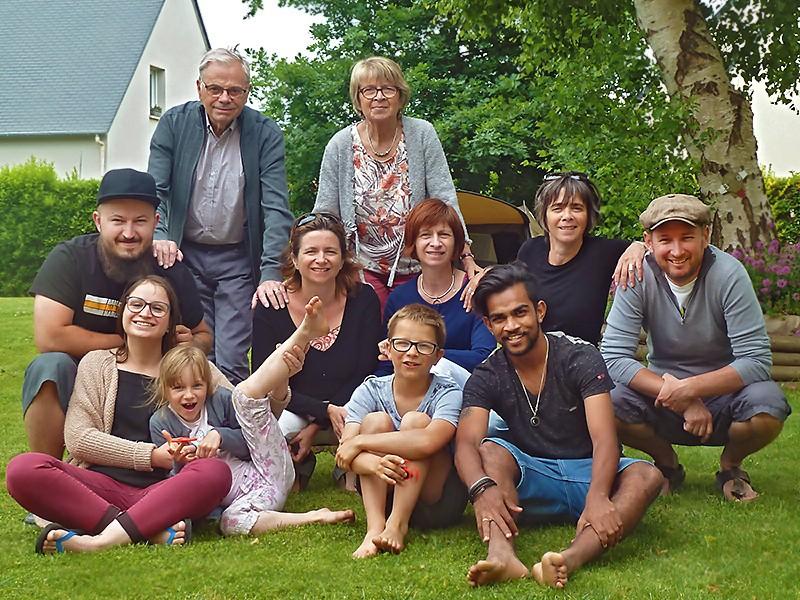 Sashi entouré par la famille de Fabienne