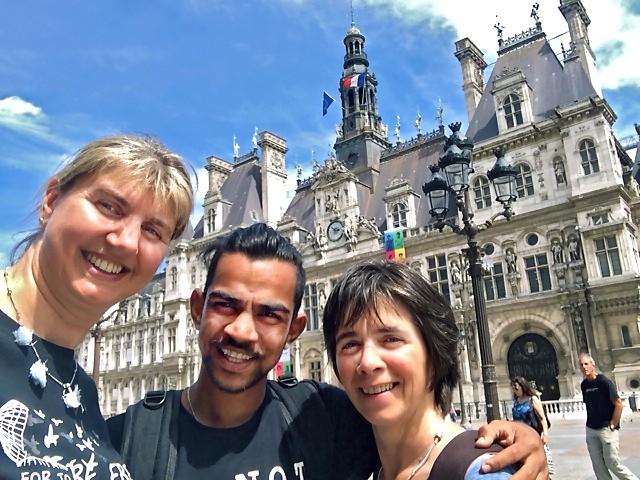 Cathy, Sashi et Fabienne devant la mairie de Paris