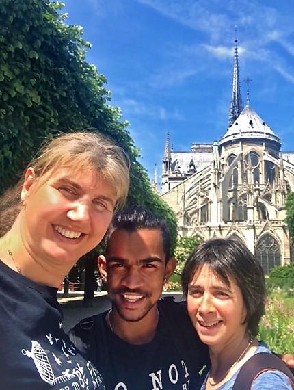 Cathy, Sashi et Fabienne devant Notre-Dame de Paris