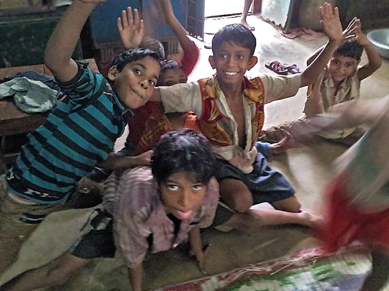 Des enfants de la gare de Sealdah recueillis dans le petit centre CINI de la gare