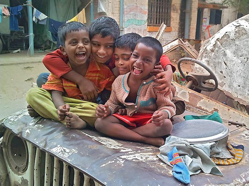 Des enfants de la gare de Sealdah jouent tout près de la gare